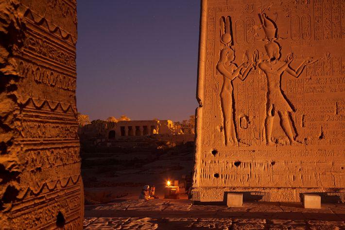 Bajorrelieve que muestra a Cleopatra con Cesarión, su hijo con el emperador romano Julio César. Aunque ...