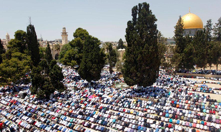 Los fieles musulmanes rezan cerca de la Cúpula de la Roca en la Mezquita Al-Aqsa de ...
