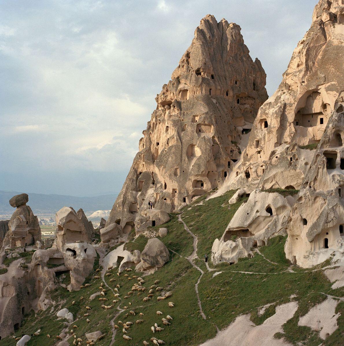 """Capadocia, Turquía Imponentes formaciones rocosas conocidas como """"Chimeneas de hadas"""" están marcadas con cuevas talladas en los ..."""
