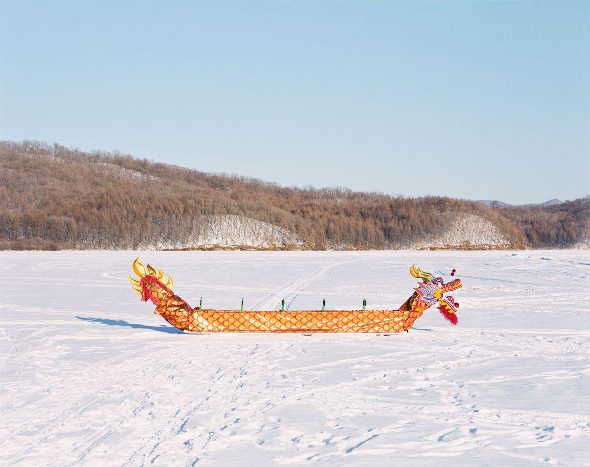 Un tradicional bote-dragón chino en el congelado río Yichun en Yichun, provincia de Heilongjiang. Conocida anteriormente ...