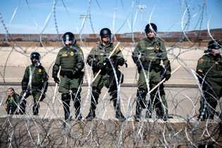 Los  oficiales  de  Aduanas  y  Protección  Fronteriza  de  ...