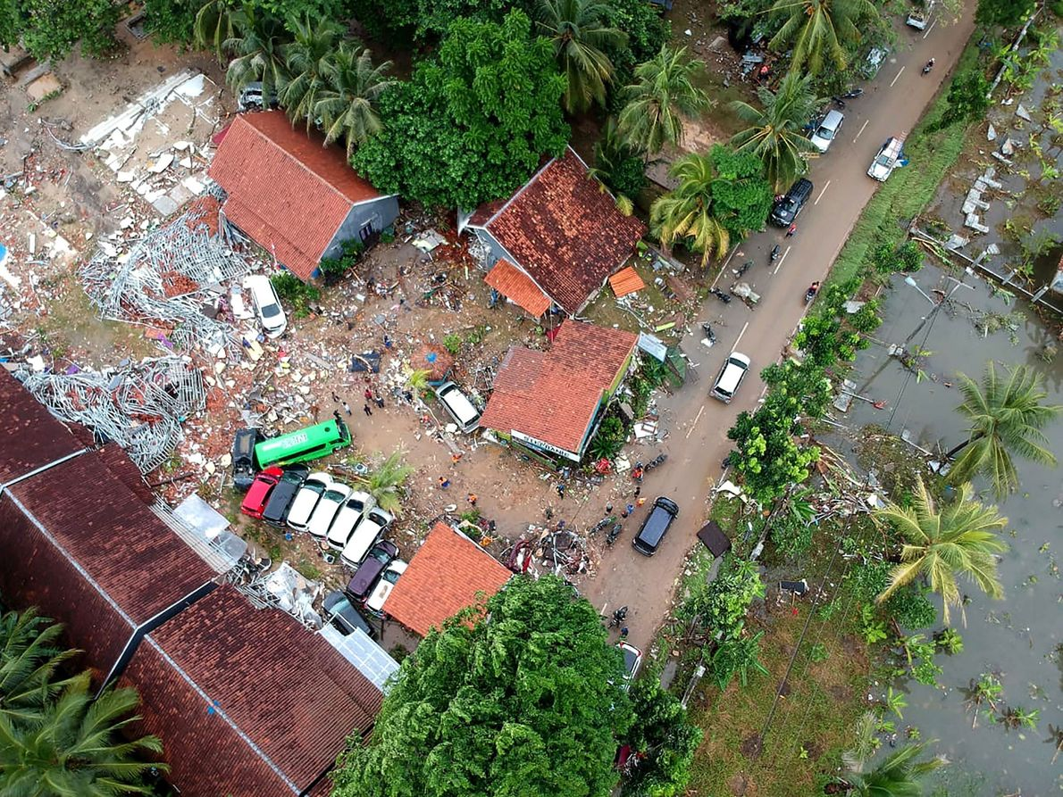 Una fotografía aérea muestra los edificios dañados en el distrito de Carita en Indonesia el 23 ...