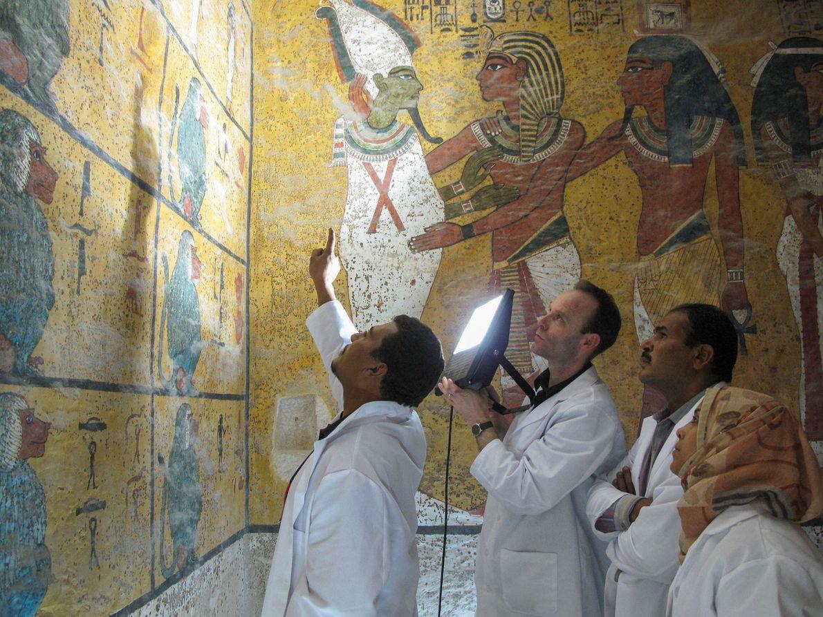 Los investigadores examinan las pinturas murales de 3.300 años en la tumba de Tutankamón.