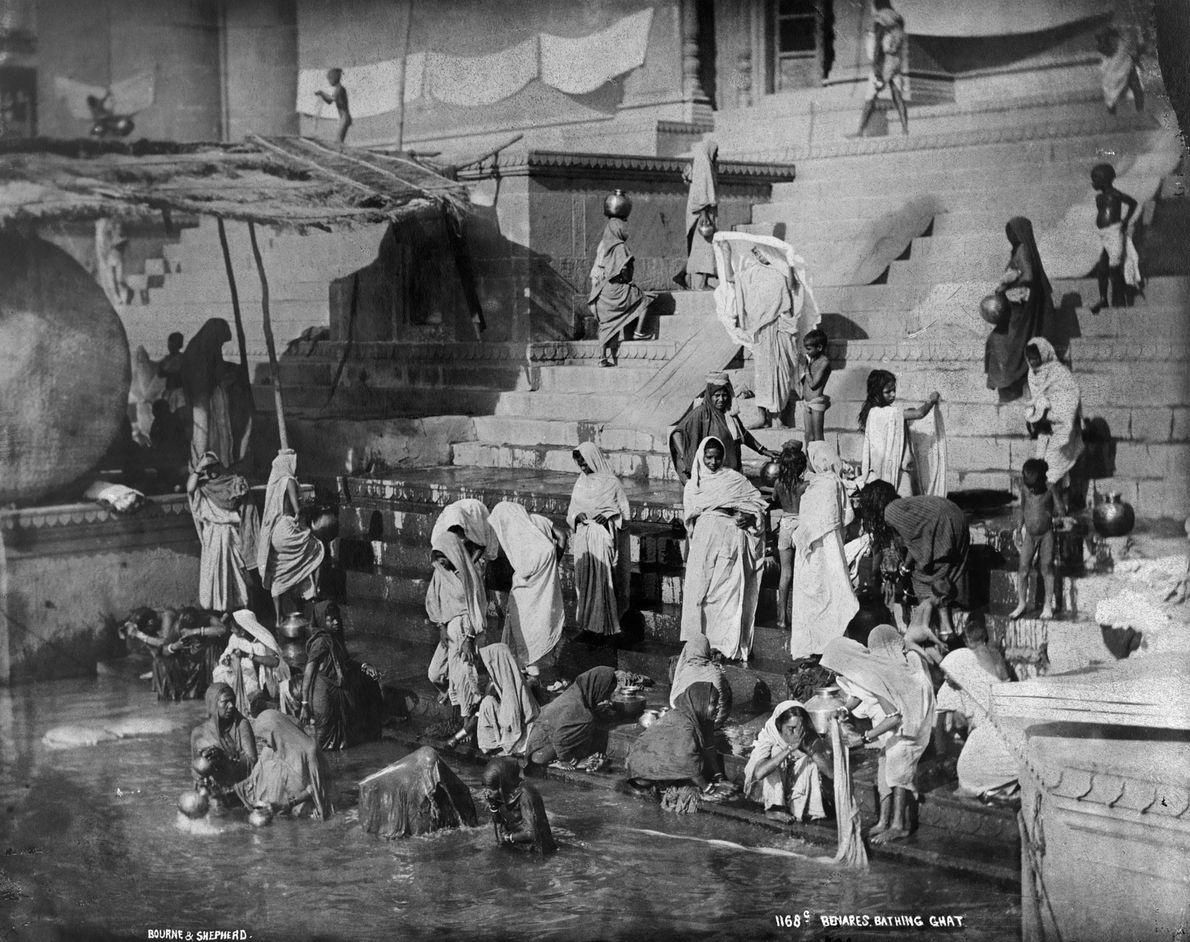 Varanasi, capturada por National Geographic en 1907, ha sido habitada durante al menos 3.000 años , ...