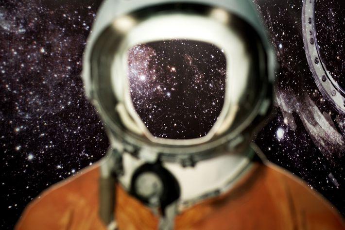 Una maqueta de cartón en tamaño real del traje espacial de entrenamiento de Gagarin, con un ...