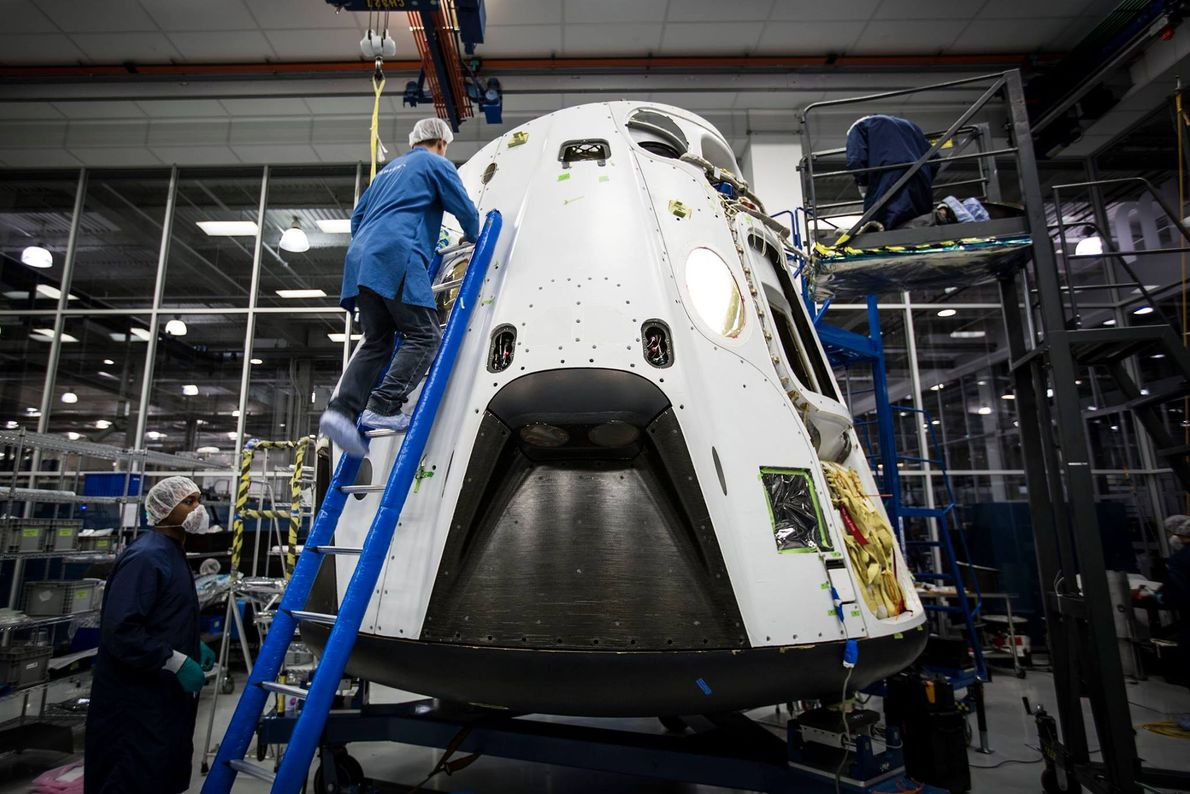 Los ingenieros de SpaceX trabajan en la cápsula Crew Dragon antes de su vuelo histórico.
