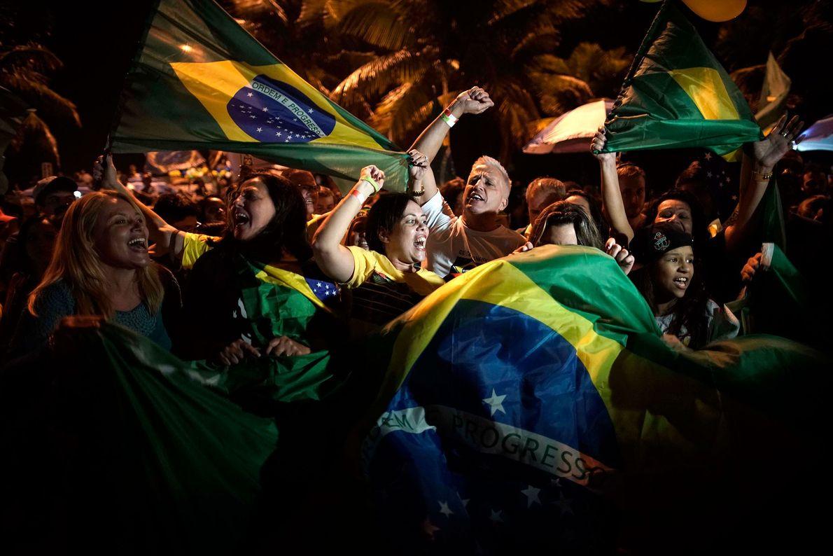 Los partidarios de Bolsonaro celebran su victoria frente a su residencia en Río de Janeiro, Brasil, ...