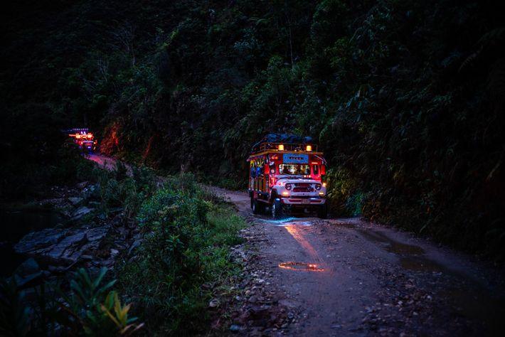 """Un autobus rural denominado """"Chiva"""" lleva a los investigadores y a los antiguos rebeldes de las ..."""