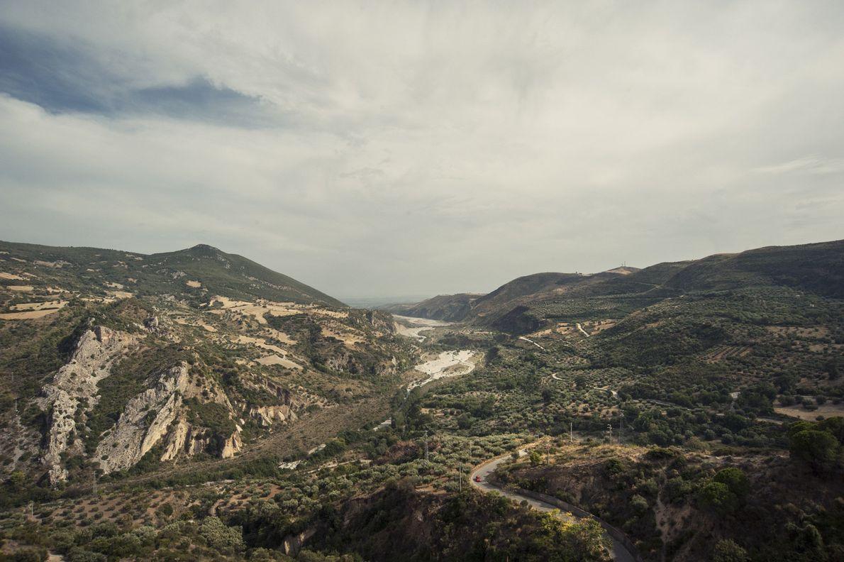 Una imagen del paisaje del parque nacional de Pollino muestra cómo el desarrollo humano ha invadido ...