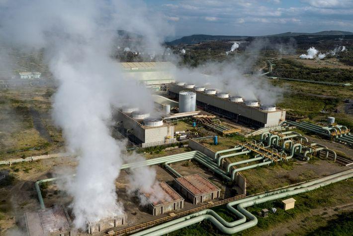 El vapor se eleva desde la central eléctrica geotérmica Olkaria II en el Parque Nacional Hells ...