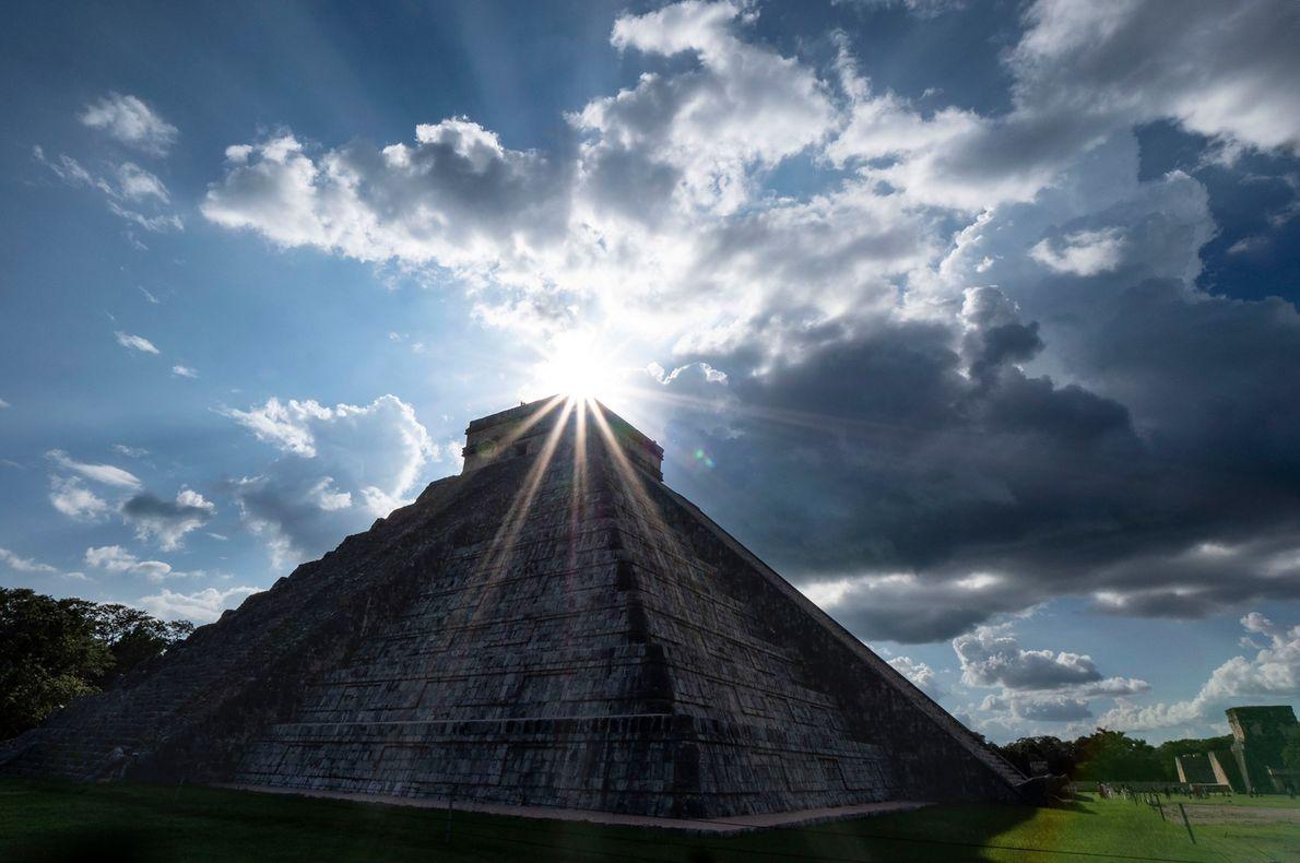 La pirámide de El Castillo en Chichen Itza, México, está iluminada por el sol poniente. Durante ...