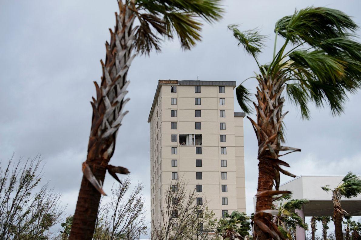 Los daños sufridos por un edificio alto de Panama City luego de la llegada de Michael.