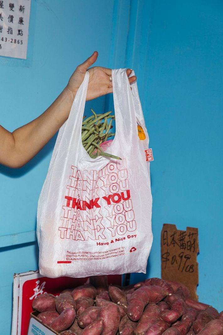 DiCioccio ansía que sus bolsas transmitan un mensaje desenfadado respecto de la ética de la reutilización ...