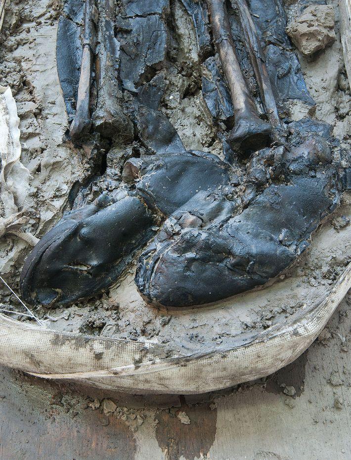 Los expertos dataron las botas de cuero del hombre de finales del siglo XV o principios ...