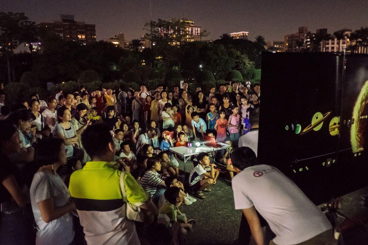 La gente asiste a una presentación acerca de los eclipses lunares en Taipei, Taiwán, el 27 ...