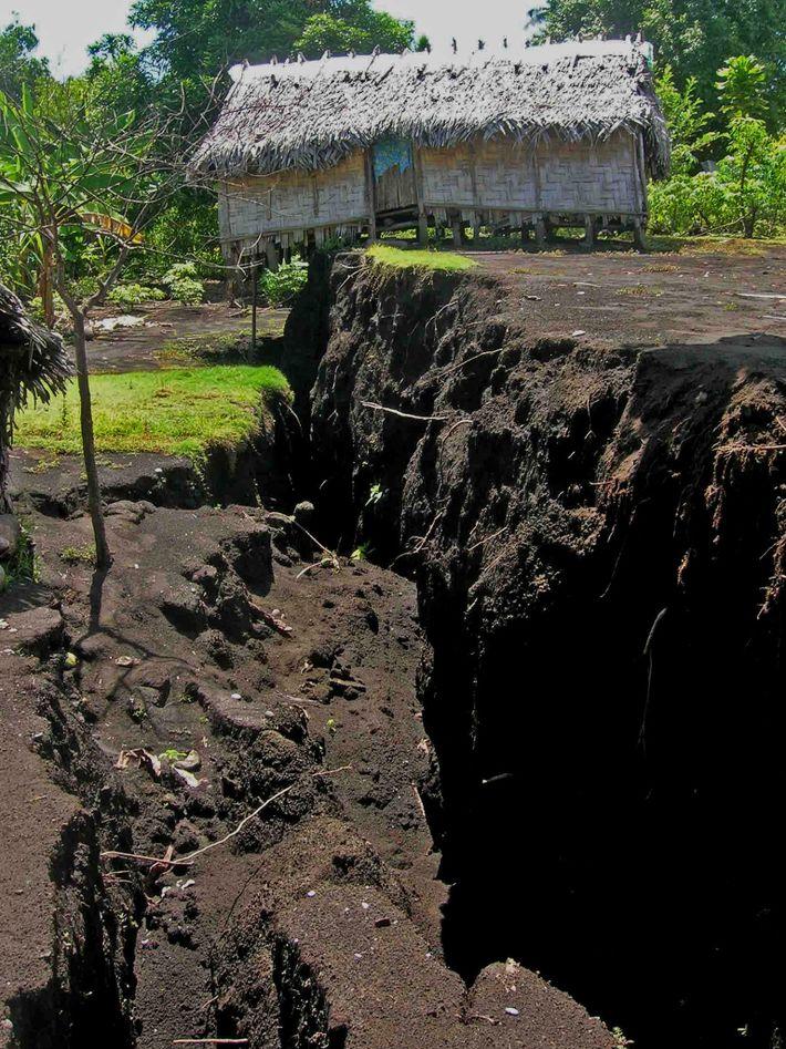 Cuando el magma circuló por el subsuelo durante la erupción del Ambrym de 2018, provocó fracturas ...