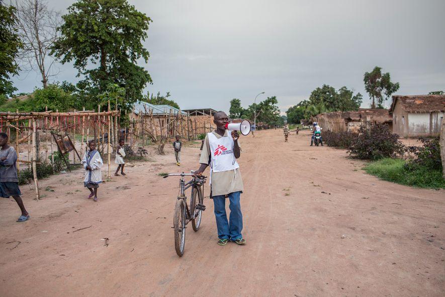 Un habitante de Monga, región de la República Democrática del Congo, anuncia una campaña de emergencia ...