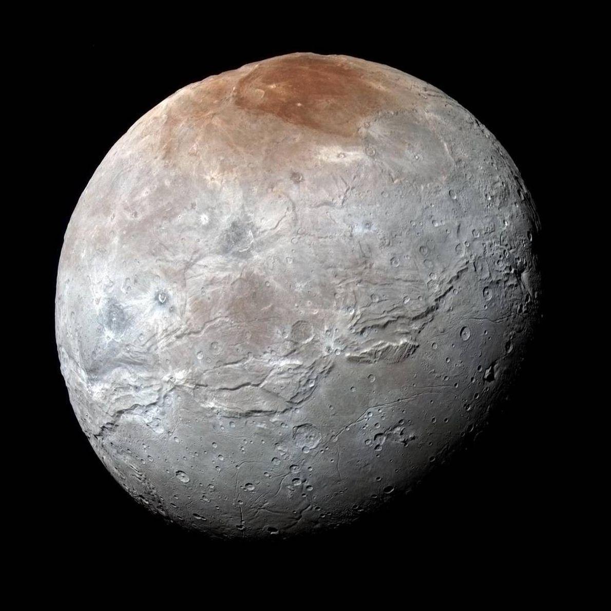 Caronte, la luna más grande de Plutón, que se ve aquí en una imagen de color ...