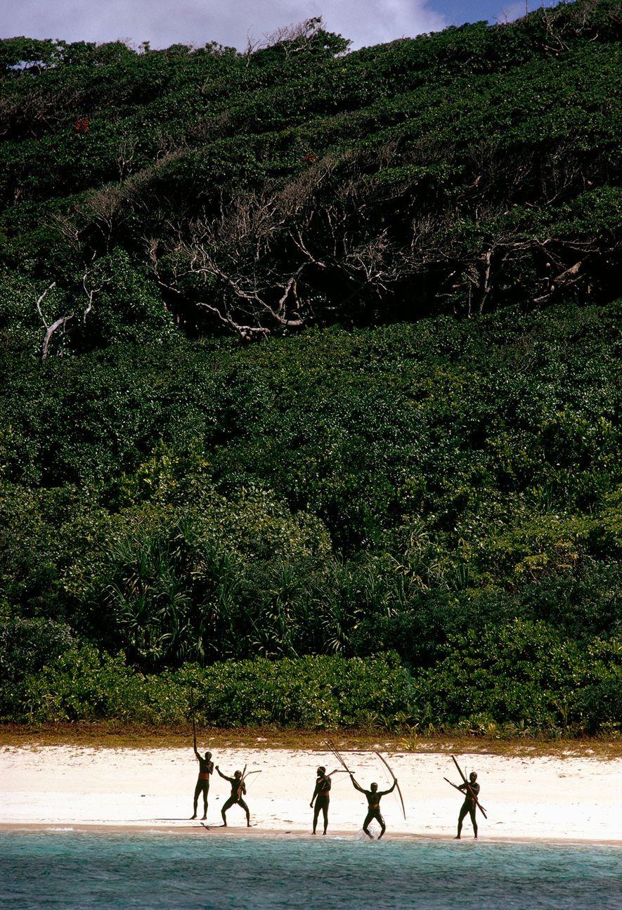 Los guerreros saltando con arcos y flechas en las playas de la isla son testimonio de la resistencia de la tribu ante el mundo exterior.