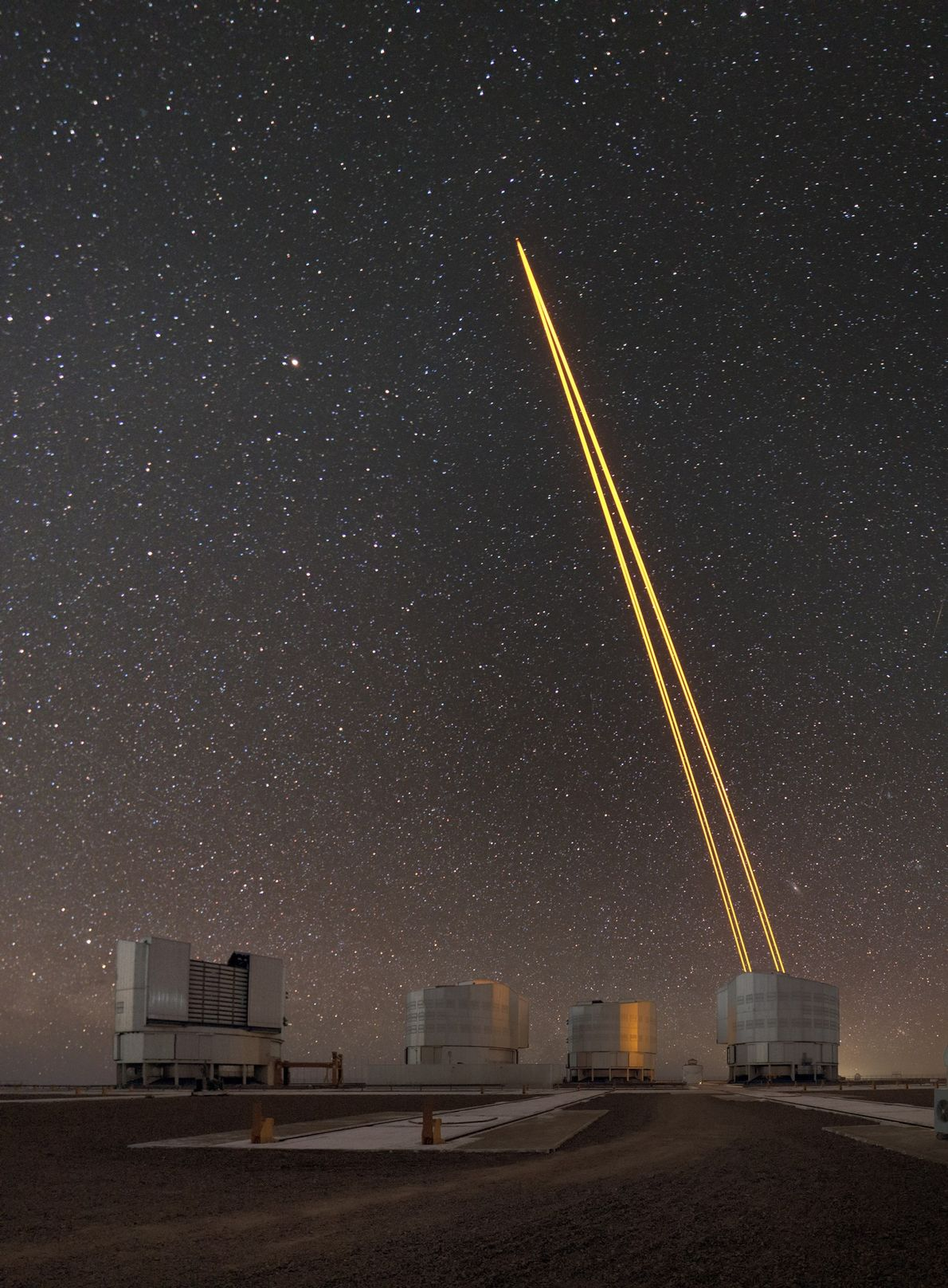La luz del láser crea una guía artificial estrella para el Very Large Telescope del Observatorio ...
