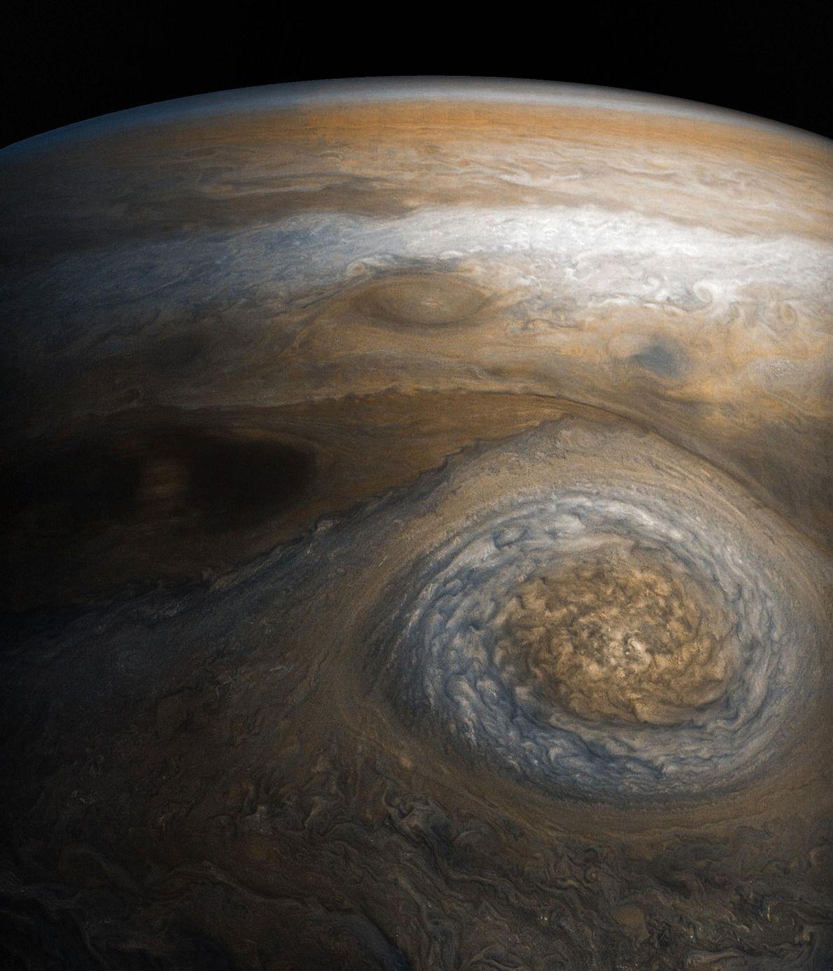 Con unos 5.900 kilómetros de largo, este enorme anticiclón se revuelve en el límite meridional del ...