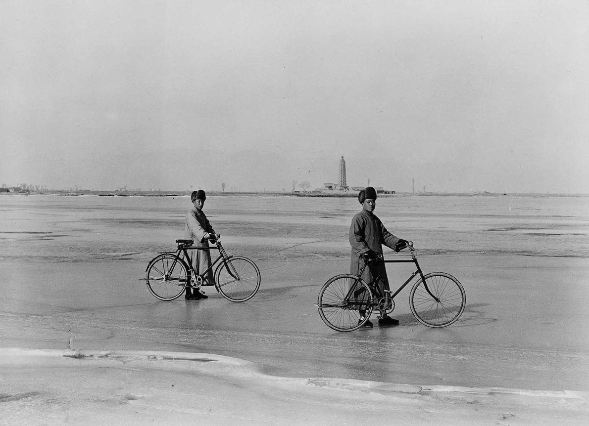 "Dos hombres posan orgullosos con sus bicicletas (""zi xing che"" en mandarín) durante la década de …"