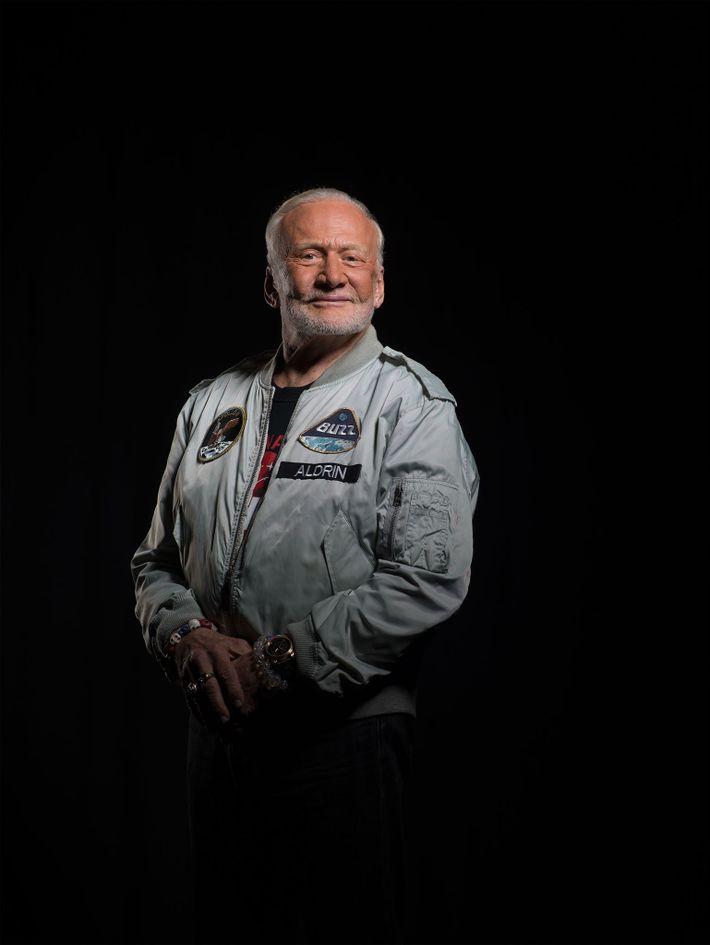 Aldrin, fotografiado en la sede de National Geographic en Washington, D.C., cree que, dentro de dos ...
