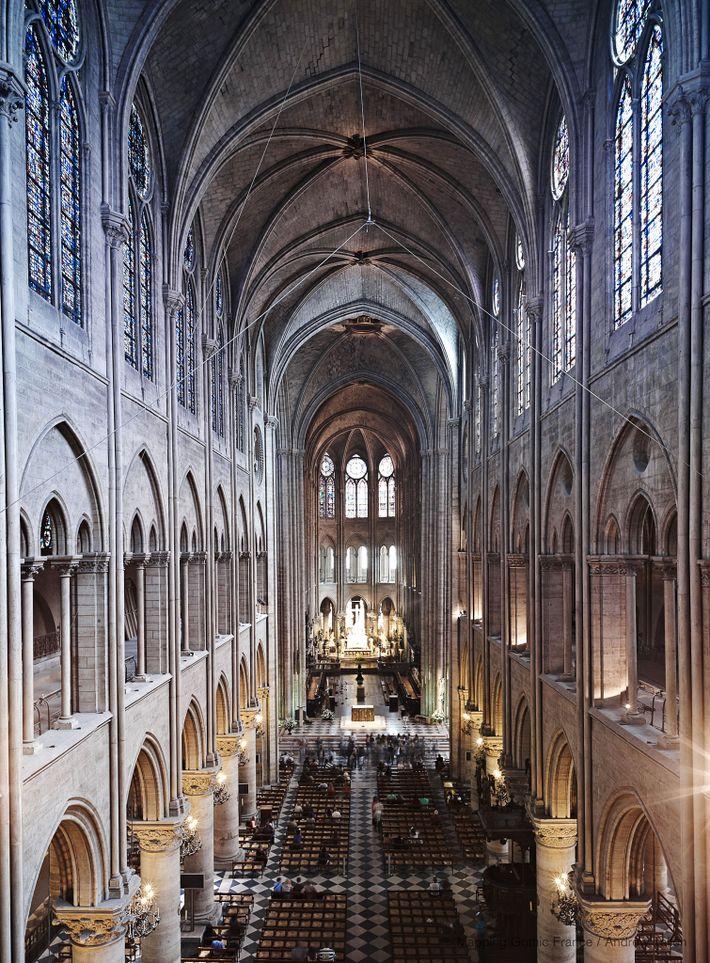 Las exploraciones con láser de Tallon revelan que algunas de las columnas en la nave de ...