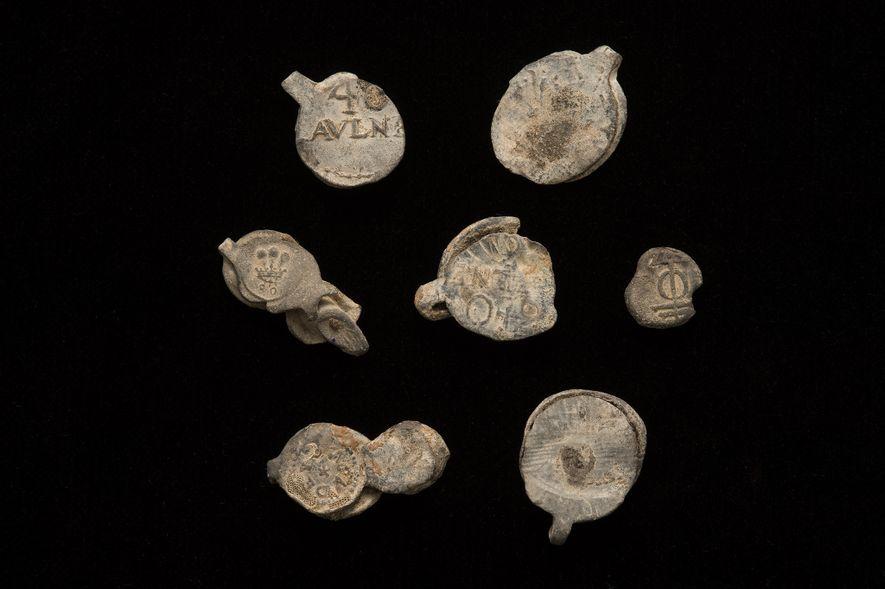 Los sellos de plomo recuperados de Encarnación. Estos sellos generalmente se usaban para asegurar pernos de ...