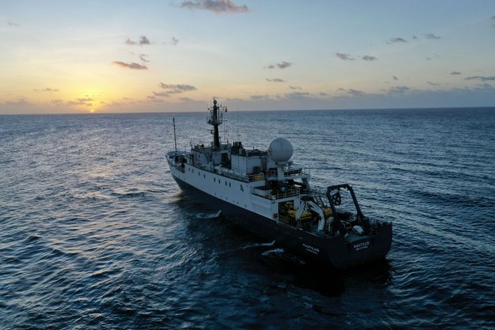 Equipado con una variedad de sensores submarinos, E/V Nautilus trabaja con un patrón de búsqueda en ...
