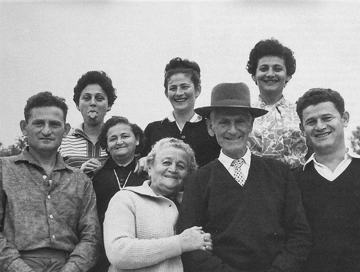Lea, que falleció en Auschwitz el 5 de diciembre de 1942, falta en esta feliz reunión ...