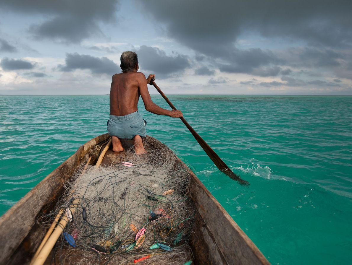 Un pescador bajau llamado Sahad navega frente a la isla Bodgaya.