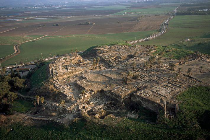 Situado en lo que ahora es el norte de Israel, Tel Megiddo también es conocido por ...