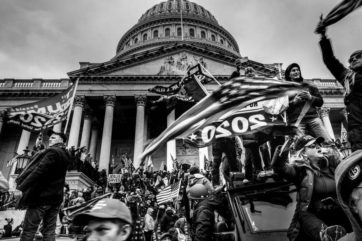 Una turba pro-Trump rompió las barreras de seguridad e irrumpió en el Capitolio de Estados Unidos ...