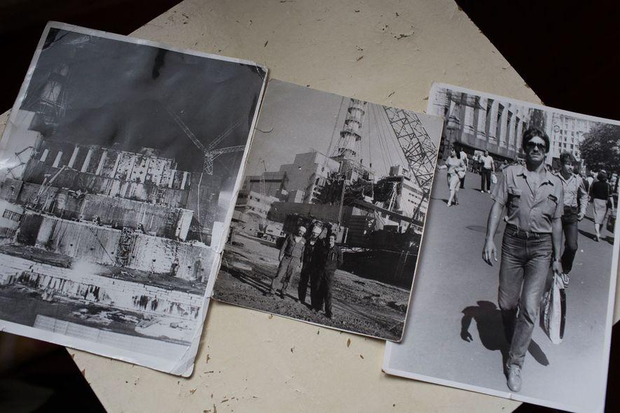 Ilya Suslov muestra fotografías de su trabajo en el sarcófago, visto en la imagen del centro. ...