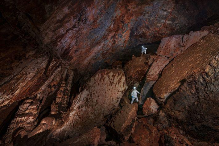 Las enormes galerías de piedra caliza de la cueva Chiquihuite se mantienen constantes a 12grados Celsius, ...