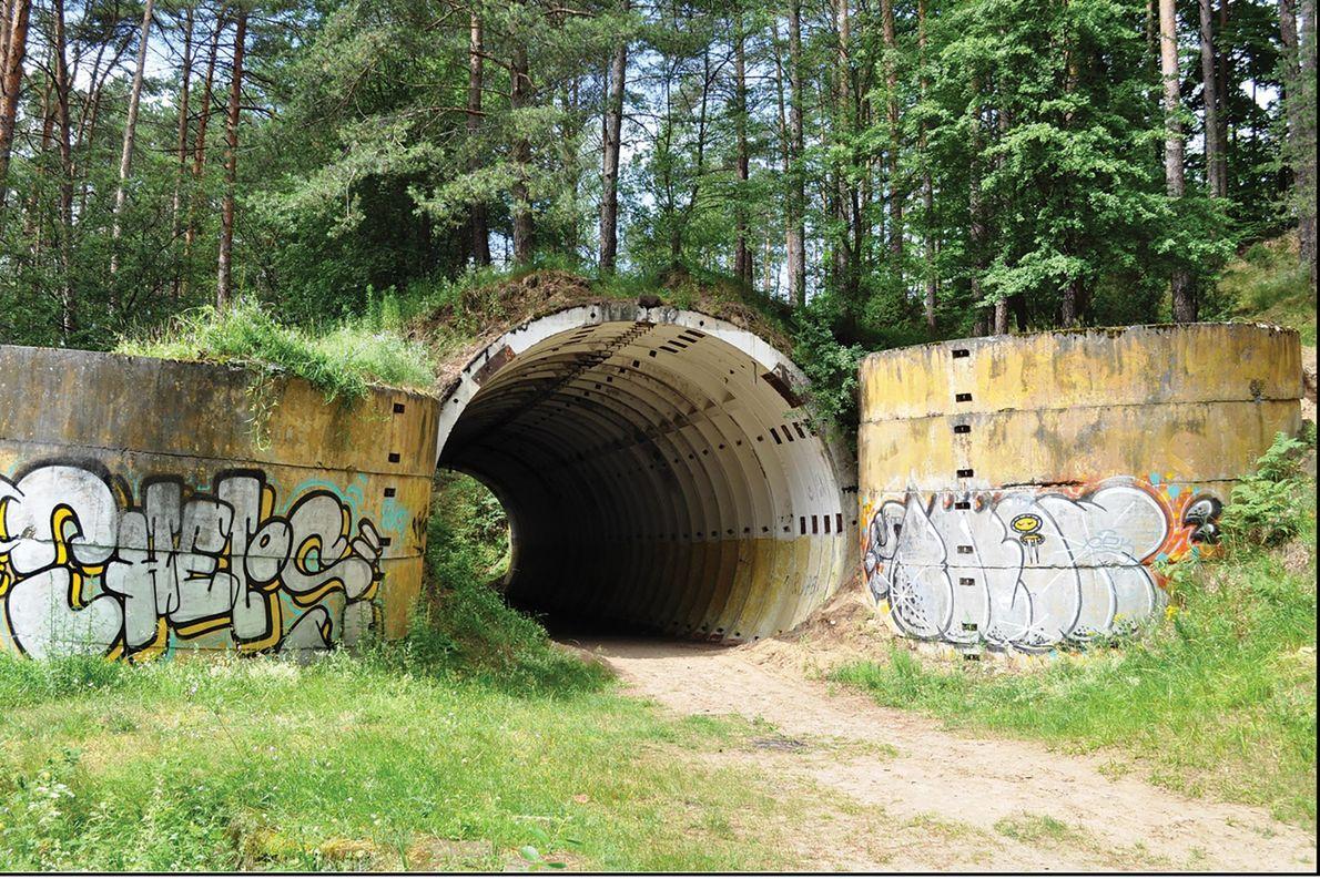 Un búnker en Brzeźnica Kolonia con grafiti moderno. Hoy en día, estos sitios atraen a visitantes ...