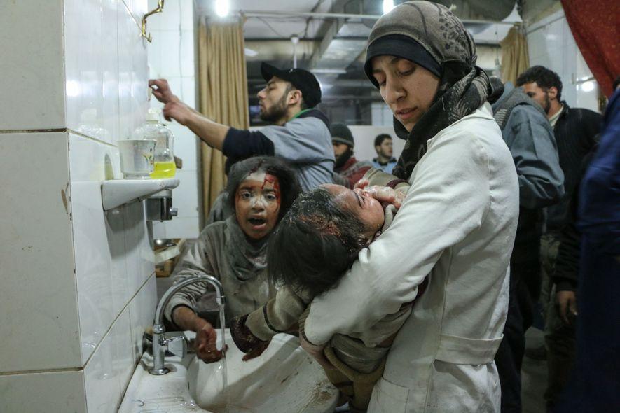 Ballour con uno de sus pacientes heridos en el hospital subterráneo conocido como The Cave (La ...
