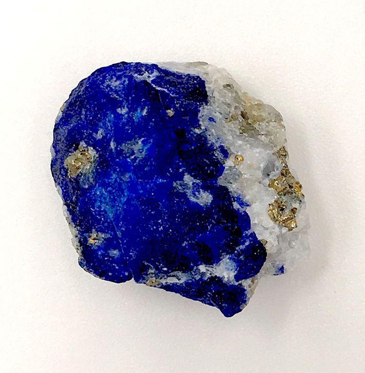 Durante la Edad Media europea, Afganistán era la única fuente conocida de lapislázuli. Esta piedra rara ...