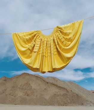 Las faldas voluminosas que las mujeres bolivianas fueron obligadas a usar por los colonizadores españoles ahora ...