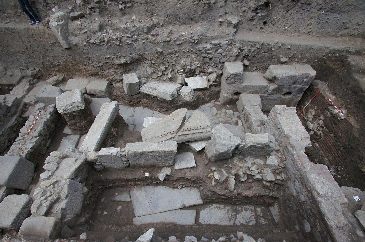 Los tres esqueletos se descubrieron entre las ruinas de las calles de una ciudad de la ...