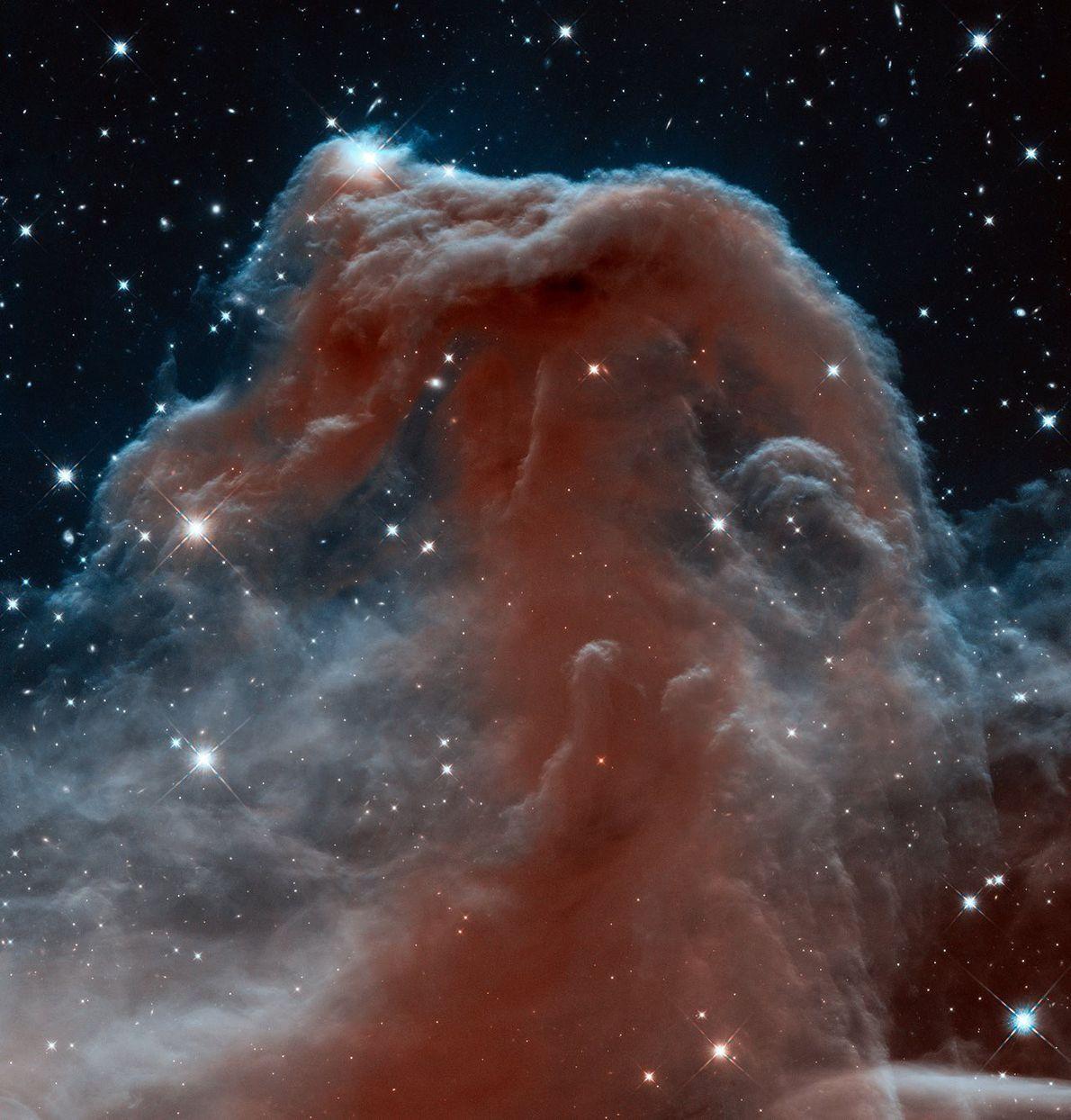 Esta nube que se levanta como un gigantesco caballito de mar entre las turbulentas olas de ...