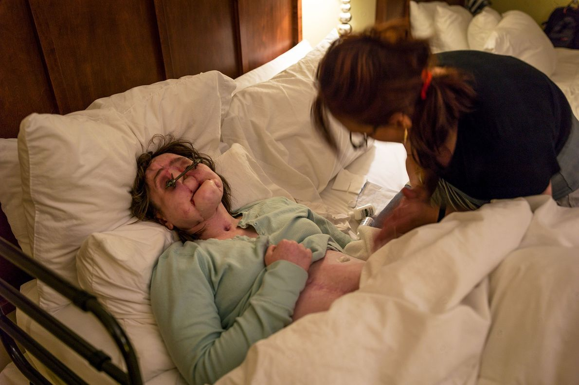 La madre de Katie, Alesia, la ayuda a prepararse para ir a la cama en su ...