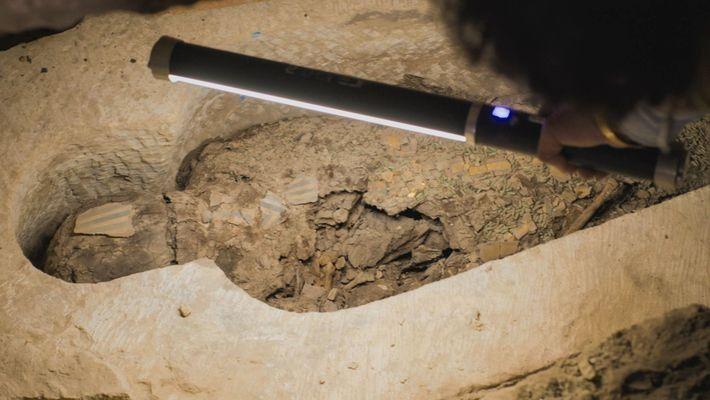 Más de 2500 años de calor y humedad han pasado factura a la momia descompuesta, pero ...