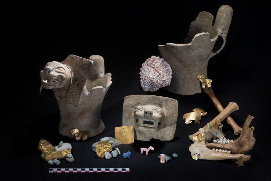 Las ofrendas rituales incluyen oro, piedras semipreciosas y quemadores de incienso adornados con plumas.