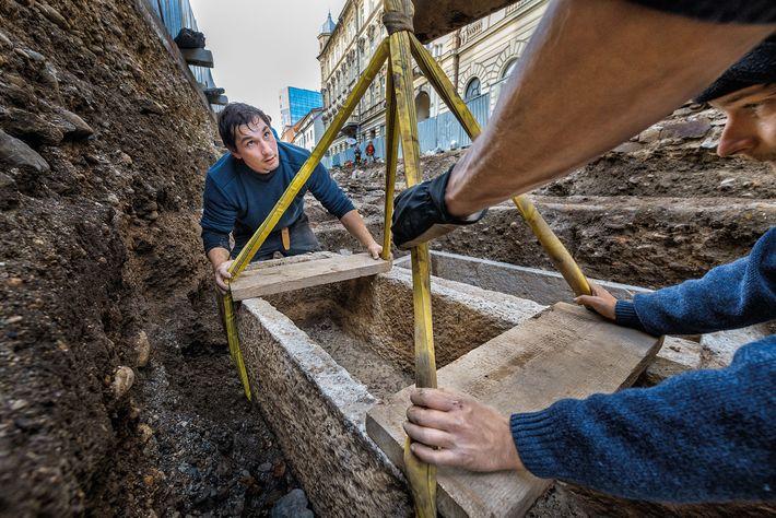 Sólo los ciudadanos adinerados de Emona podían permitirse ser enterrados en sarcófagos, que fueron cincelados en ...