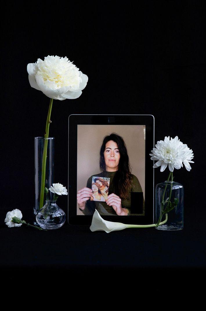 Kelsey Ellis sostiene una foto suya y de su difunta melliza, Audrey Ellis.