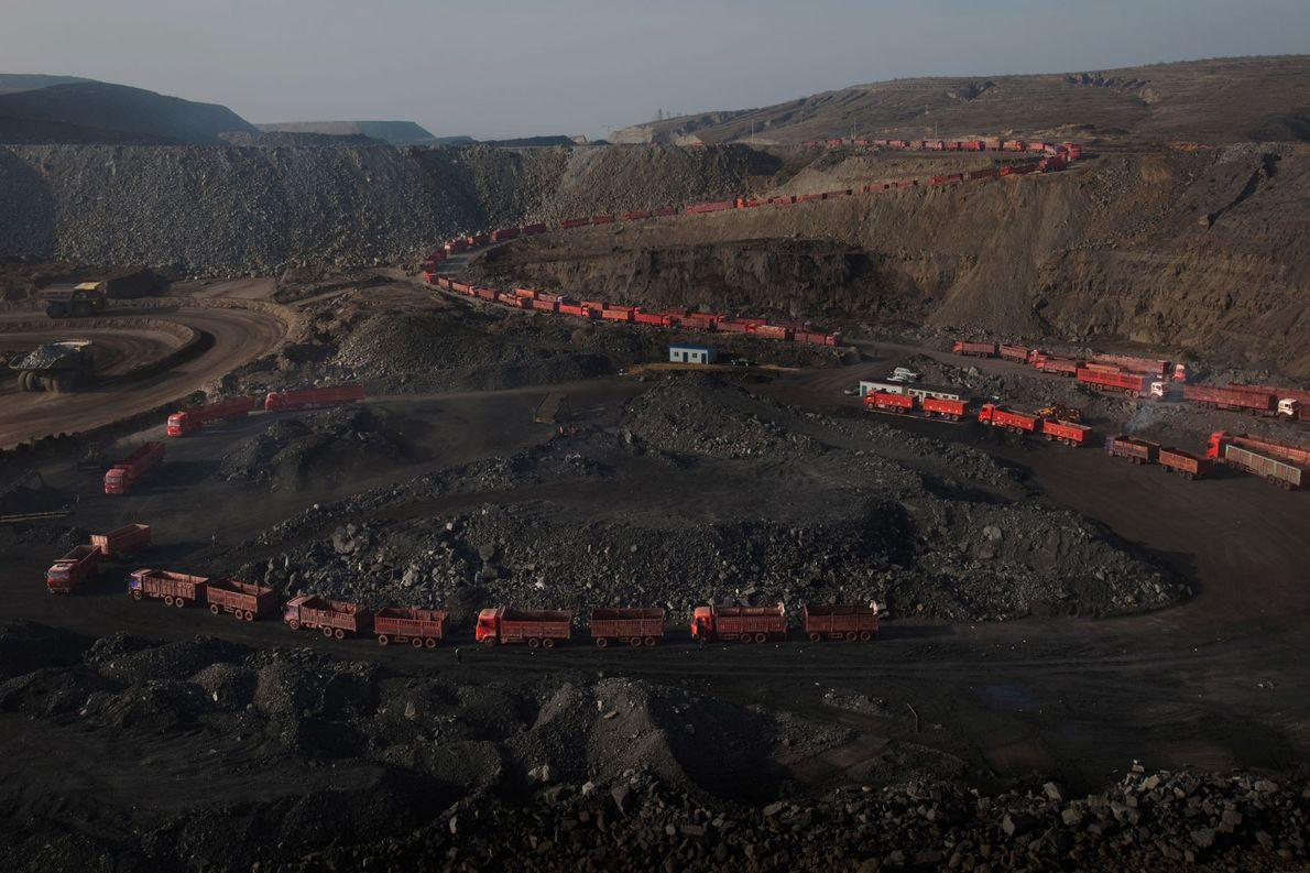 Los camiones aguardan en una larga fila a que los llenen de carbón.