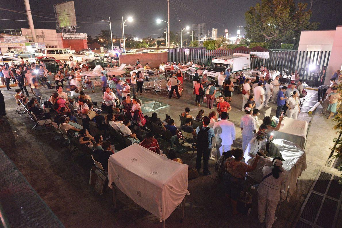 Pacientes y médicos de un hospital en Villahermosa, México, permanecen al aire libre. Al menos 3 ...