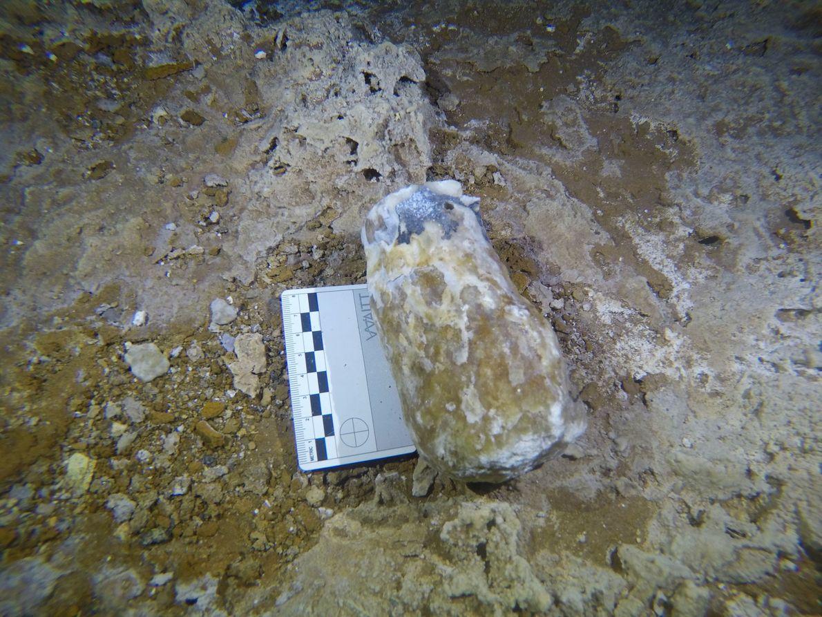 Los mineros utilizaban algunos de los espeleotemas como martillos para romper el suelo de la cueva ...